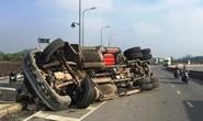 """Cua gấp, xe container """"phơi bụng"""" ở chân cầu Phú Hữu"""