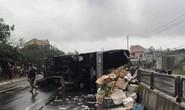 Lật xe tải, gần 3 tấn hoa quả vương vãi đầy đường