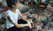 Bán thịt heo rẻ, người phụ nữ bị hất chất bẩn vào người, sạp hàng