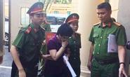 Cựu đại biểu QH Châu Thị Thu Nga che mặt vào tòa