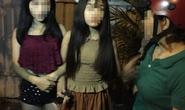 Hai thiếu nữ bị dê xồm xé áo trong quán cà phê chòi
