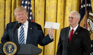 Ông Trump khoe bức thư nhận từ ông Obama