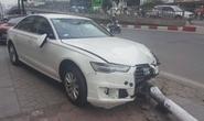 Xế hộp Audi lao lên vỉa hè tông cột đèn đổ trúng đầu người đi đường