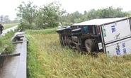 Vòi rồng đen sì ném xe tải từ trên đường xuống ruộng lúa