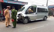 Xe máy tông thẳng vào đầu ô tô 16 chỗ, 1 người tử vong