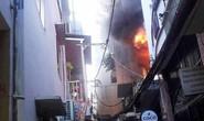Người phụ nữ kẹt trong đám cháy ở phố Bùi Viện sáng cuối năm