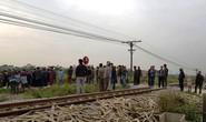 Tàu hỏa tông 2 người đi xe máy văng xuống ruộng tử vong