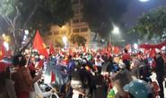 Biển người đổ về Hồ Gươm mừng kỳ tích của U23 Việt Nam dưới mưa