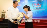 Chủ tịch nước được 1 nữ công nhân tặng quà tết