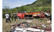 Xe buýt lăn xuống dốc, bay mất nóc, 50 người chết