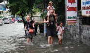Người nước ngoài vui vẻ sống chung với ngập ở Thảo Điền