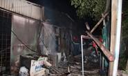 Nhà bán xăng, chồng giận vợ đổ xăng đốt nhà, 3 người bỏng nặng