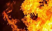 Chồng bất ngờ tưới xăng lên người vợ, châm lửa đốt