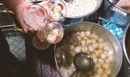 Xếp hàng thưởng thức chè bột lọc heo quay ở Huế