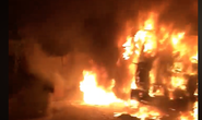 Xe đầu kéo bốc cháy dữ dội khi đang bị CSGT xử lý trong đêm