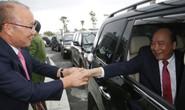 HLV Park Hang-seo và bầu Đức trong vòng vây người hâm mộ