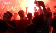 CĐV tại TP HCM đốt pháo sáng ăn mừng chiến thắng của tuyển Việt Nam