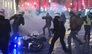 Pháp: Biểu tình áo ghi-lê vàng tiếp tục bùng cháy, số người chết tăng
