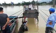 Sập cầu ở Nha Trang, 4 người cùng xe máy rơi xuống sông