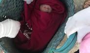 Phát hiện bé sơ sinh trong chiếc giỏ ở ngoài đường