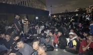 Cùng CĐV Malaysia trắng đêm chờ mua vé ở sân Bukit Jalil