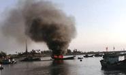 Cháy tàu cá chứa 10.000 lít dầu, cảnh sát PCCC bất lực