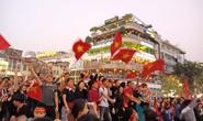 Biển người đổ về hồ Gươm sướng cùng U23 Việt Nam