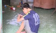 Tội nghiệp bé trai khuyết tật bị nhốt trong nhà, không được chăm sóc