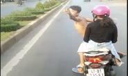 Thanh niên đầu trần chạy xe máy lạng lách, chặn đầu xe khách