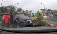 Tước bằng lái nữ tài xế quay xe trên cầu, mắng người sa sả