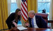 """Tổng thống Mỹ Donald Trump """"nổi đoá"""" với nữ phụ tá xinh đẹp"""