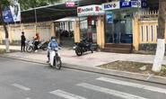 Bắt quả tang 2 người Trung Quốc lắp camera trộm mã pin ATM