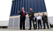 Tổng thống Trump đá bóng bức tường biên giới sang quân đội