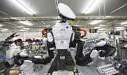 Robot đẩy công nhân ra đường
