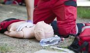 Ấn tim cứu trẻ bị đuối nước: Coi chừng gãy xương bé!