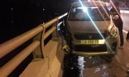Người đàn ông lái ô tô tông vào thành cầu rồi nhảy sông tự tử