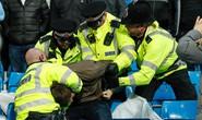 Thua đau, fan Man City đấm túi bụi CĐV Liverpool