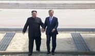 Hành động bất ngờ của Tổng thống Hàn Quốc sau khi bắt tay ông Kim Jong-un
