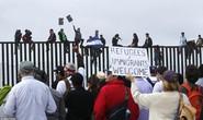 Người di cư trèo lên hàng rào biên giới Mỹ - Mexico