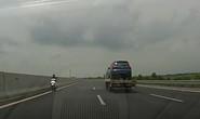 Cục CSGT xử lí người phụ nữ đi xe máy ngược chiều trên cao tốc