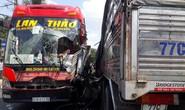 Xe giường nằm tông xe tải, nhiều hành khách hoảng loạn thoát ra ngoài