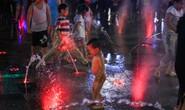 """Nhức mắt với cảnh """"tắm tiên"""" giải nhiệt trên phố đi bộ Nguyễn Huệ"""