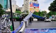 Cổng chào phố đi bộ Nguyễn Huệ đổ sập trong mưa, đè bị thương 1 người