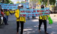 Bị nợ lương, hàng chục công nhân cầm băng rôn kéo ra đường... cầu cứu