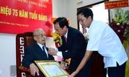 Nhà tình báo huyền thoại Mười Hương nhận Huy hiệu 75 năm tuổi Đảng