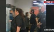 Úc: Bắt hành khách xông ra đường băng mở cửa máy bay