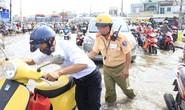 CSGT An Lạc cầu cứu trước nạn ngập nước liên tục