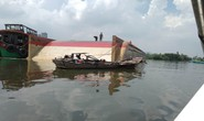 Lật sà lan trên sông Sài Gòn