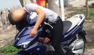 Tá hỏa thấy nam thanh niên gục chết trên xe máy ven đường