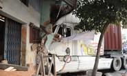 Xe container đâm sập nhà dân, 3 người bị thương nặng